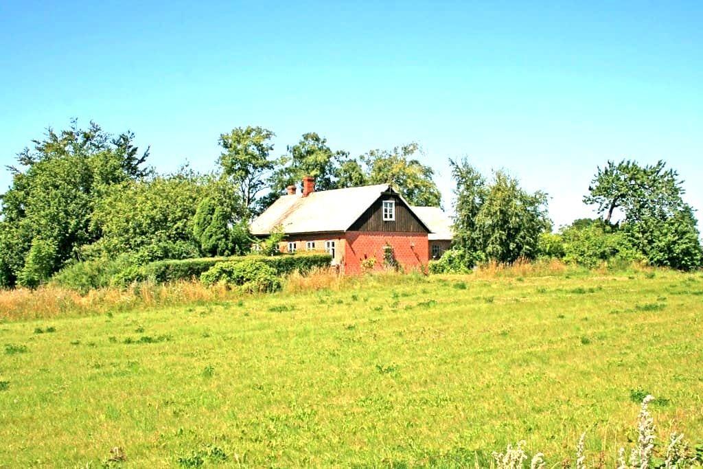 """Liten gård på Österlen """"Grindstugan - Tomelilla - Huis"""