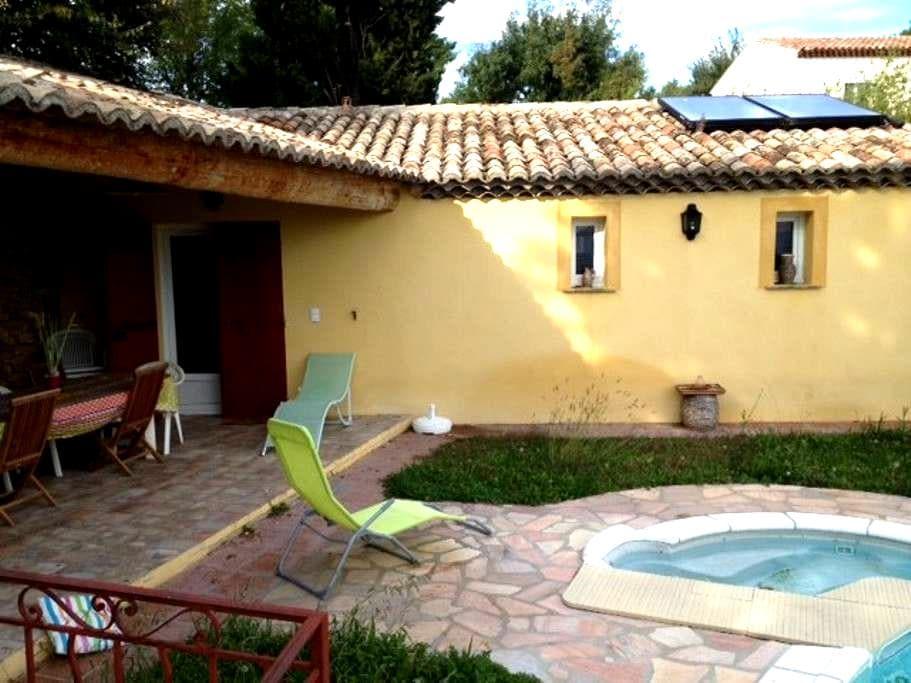 cabanon avec terrasse couverte - Eyguières - Huis