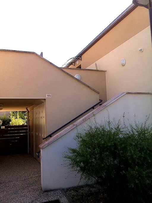 2 chambres avec 2 lits pour deux et un lit enfants - Monts - Apartament