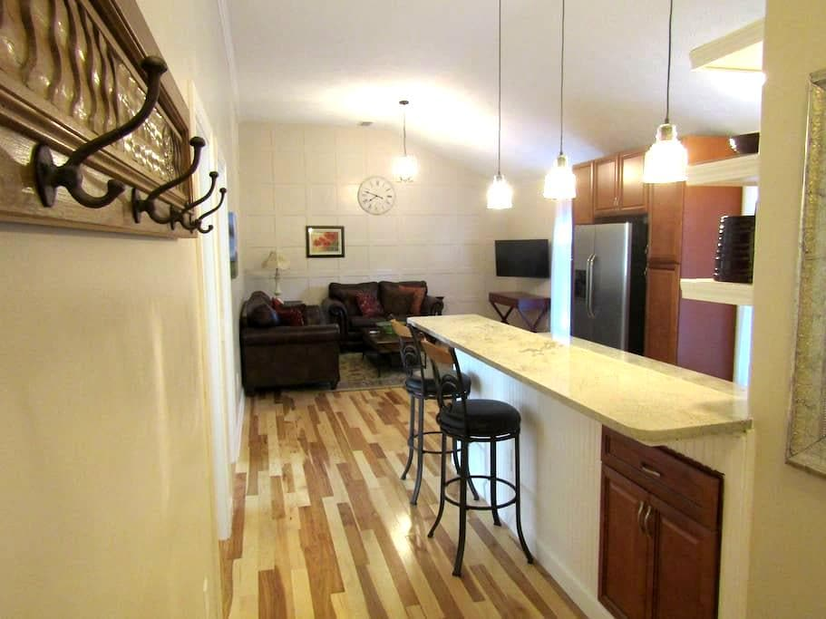 Large 2-bdrm Carriage House, full kitchen, laundry - 印第安纳波利斯 - 宾馆