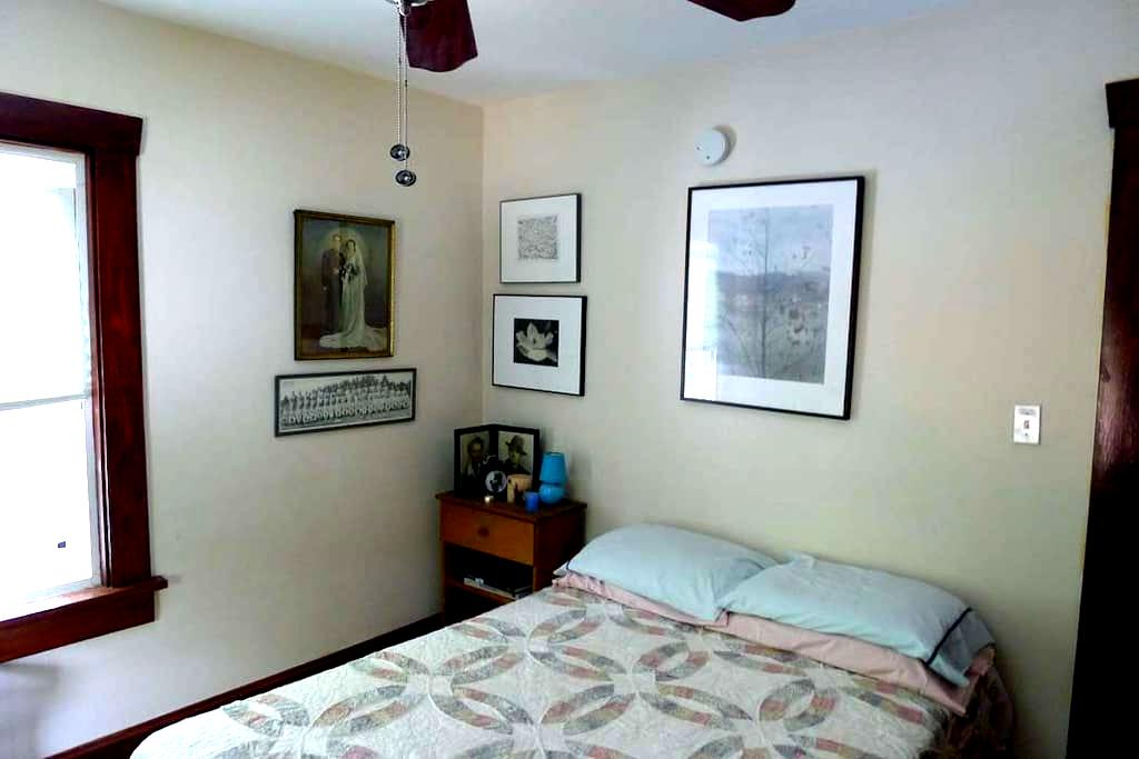QUIET SUNNY ROOM IN ARTIST'S HOUSE  - 纽堡(Newburgh) - 独立屋