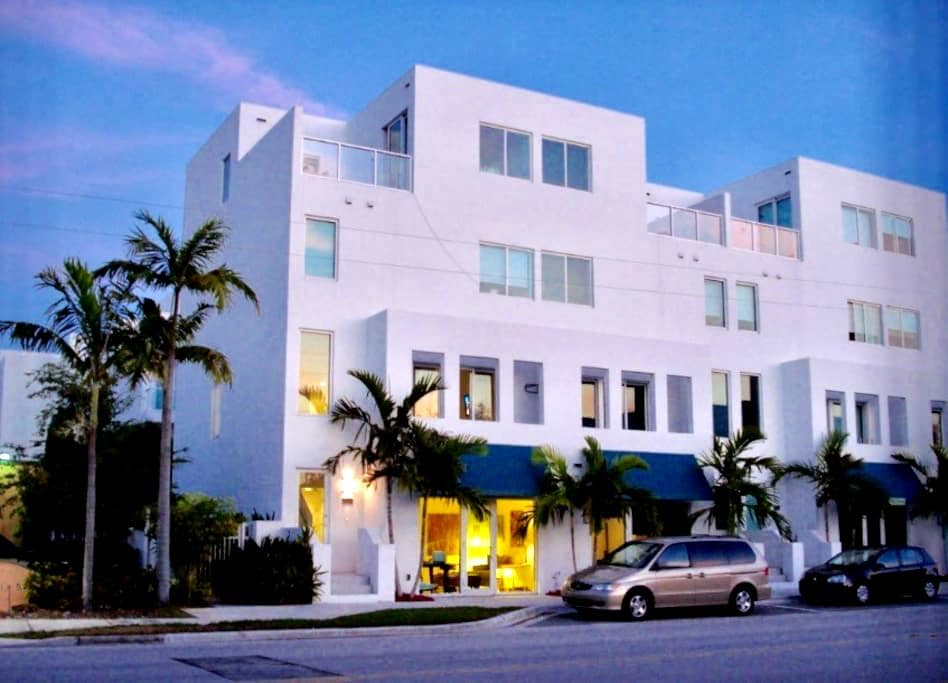 Huge Master Bedroom in 4 Story Loft - Fort Lauderdale - Loft