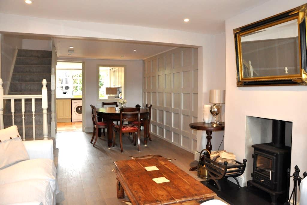 Quintessially english cottage in friendly village - Holyport - House