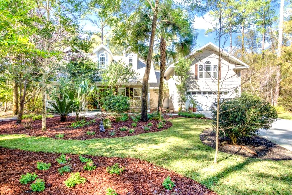 Beautiful Modern home in quiet green community - Gainesville - House