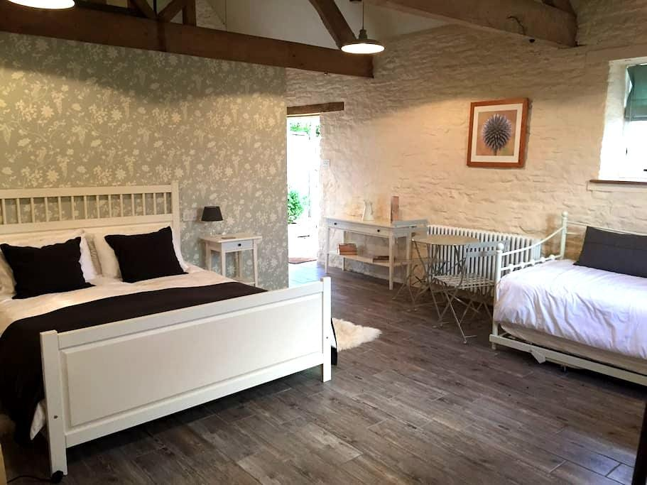 Self-contained double room in Biddestone Farmhouse - Bed & Breakfast