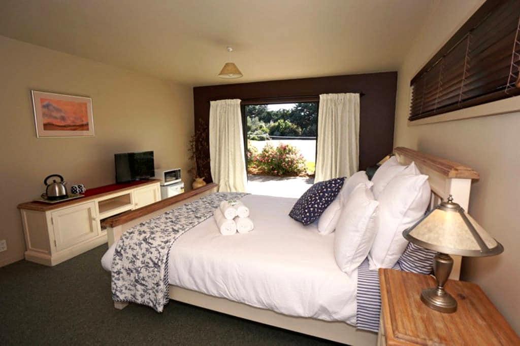 Pink Rose Room @ Terrace Lodge-Luxury Boutique B&B - Leithfield - Bed & Breakfast
