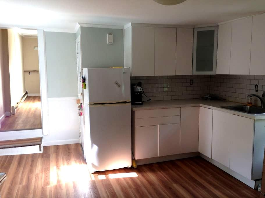 Private 1 BR apt on 2nd floor with parking + deck - Salem - Apartament