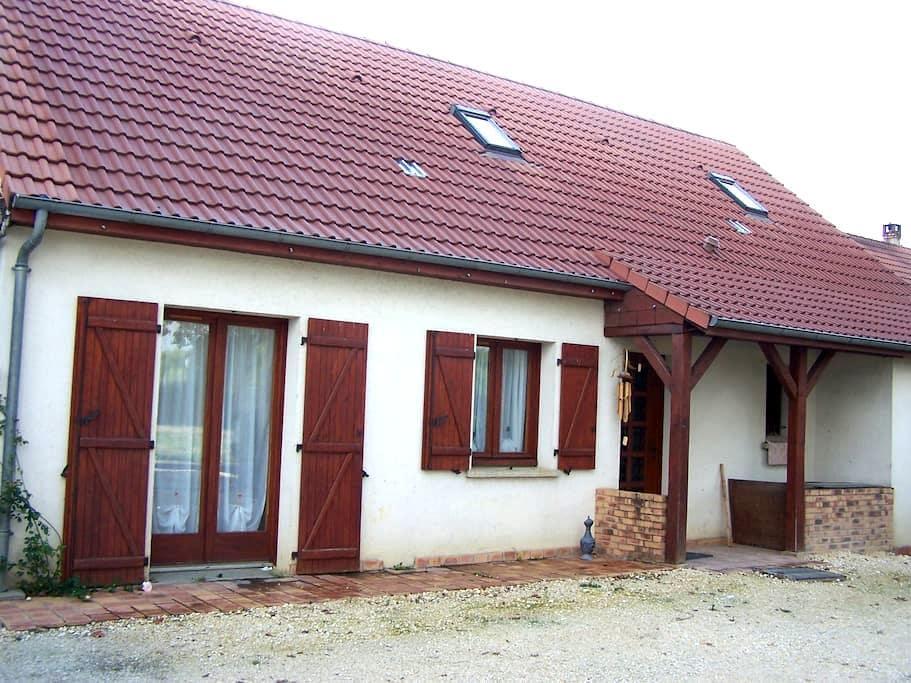 CHAMBRE DANS MAISON  - Saint-Éloy-de-Gy - Huis