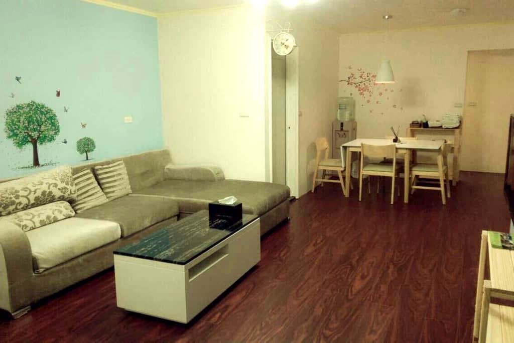 花蓮市中心,寬敞明亮,兩房一廳的格局適合家庭入住,一次只接待一組客人。 - Hualien City - Wohnung