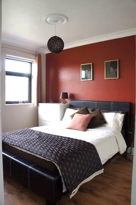 Homely double bedroom - Stanstead Abbotts - Bed & Breakfast