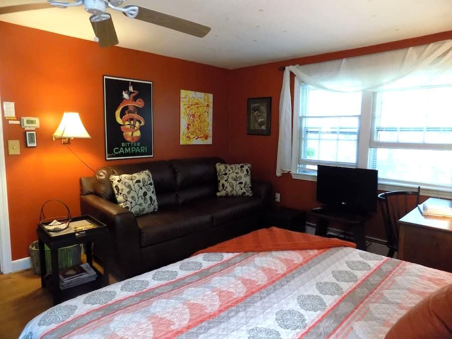Beautiful, Spacious Studio 1 mile to the beach - Kennebunk - Huis