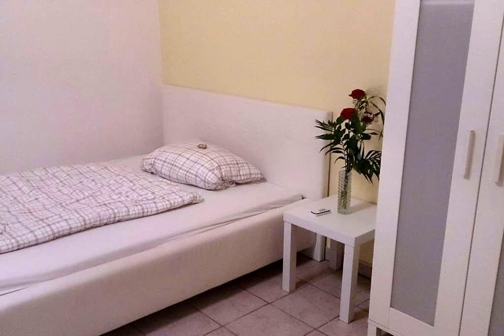 Schönes Kellergeschoss Zimmer - Langenzenn - Casa