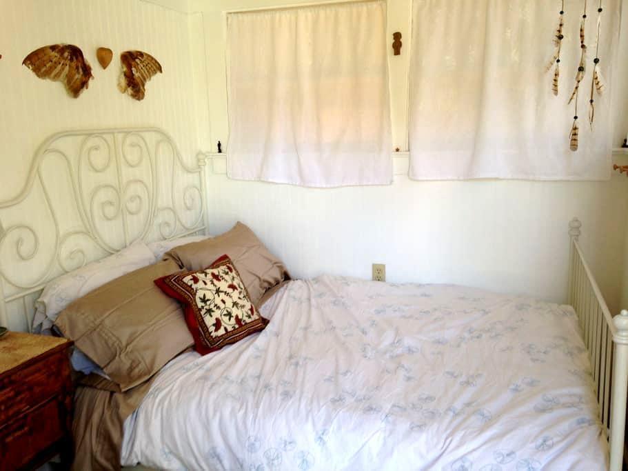 Small downtown room, shared bath - Santa Barbara - Hus