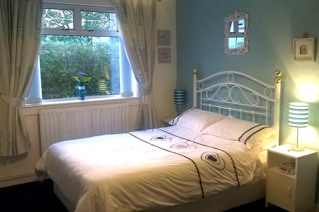 Glasgow Airport-King & Double Room in quiet area - Linwood - Bungalow