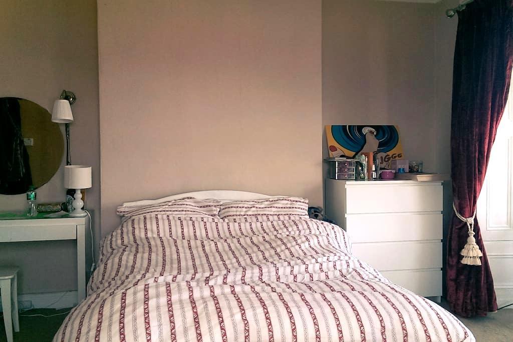 Stunning bedroom in great location - Bray