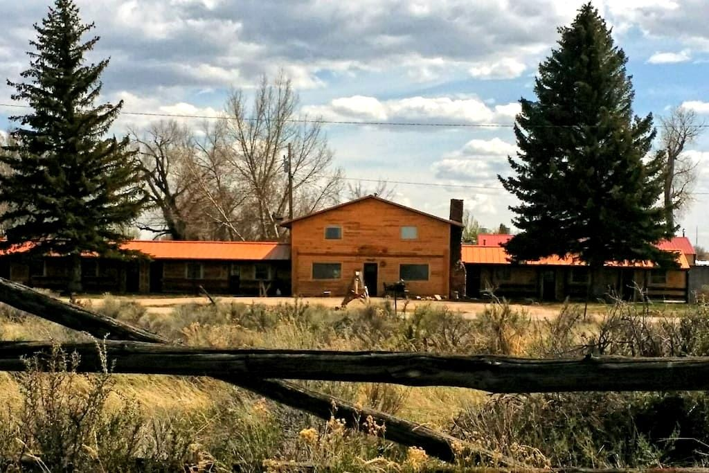Copperline Lodge multi-bed suites (min one queen) - Saratoga - Bed & Breakfast