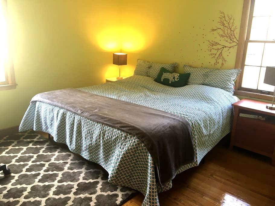 King size bed in Charming MPLS Home - Minneapolis - Hus