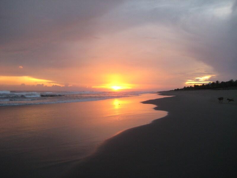 Vista de un atardecer en la playa de Boca del Cielo