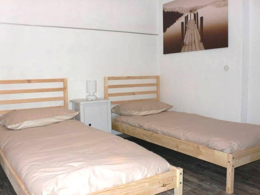 Room 2 single beds, in apartment - Malonno