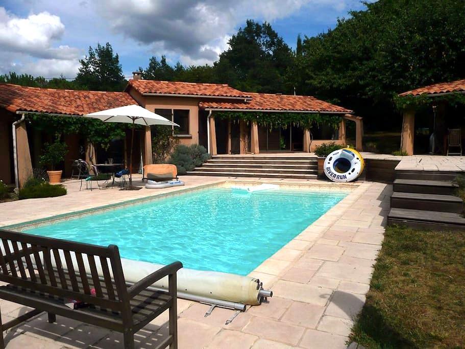 Chambre Calme sur piscine - Le Vernet - Vila