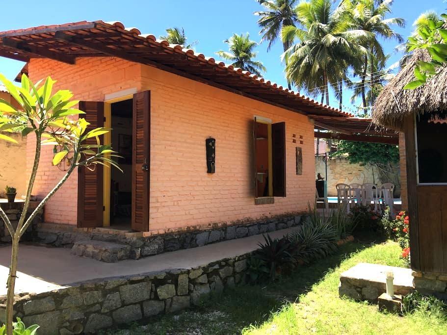 Quarto com ar, piscina e garagem 200m praia - Maceió