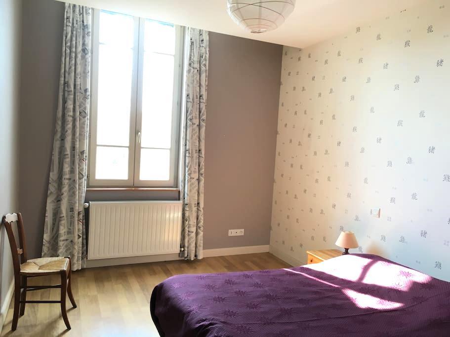 grande chambres dans maison de ville - Chalon-sur-Saône - House