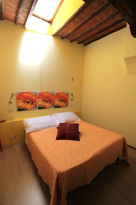 Simple room in main square - Montalcino - Muu