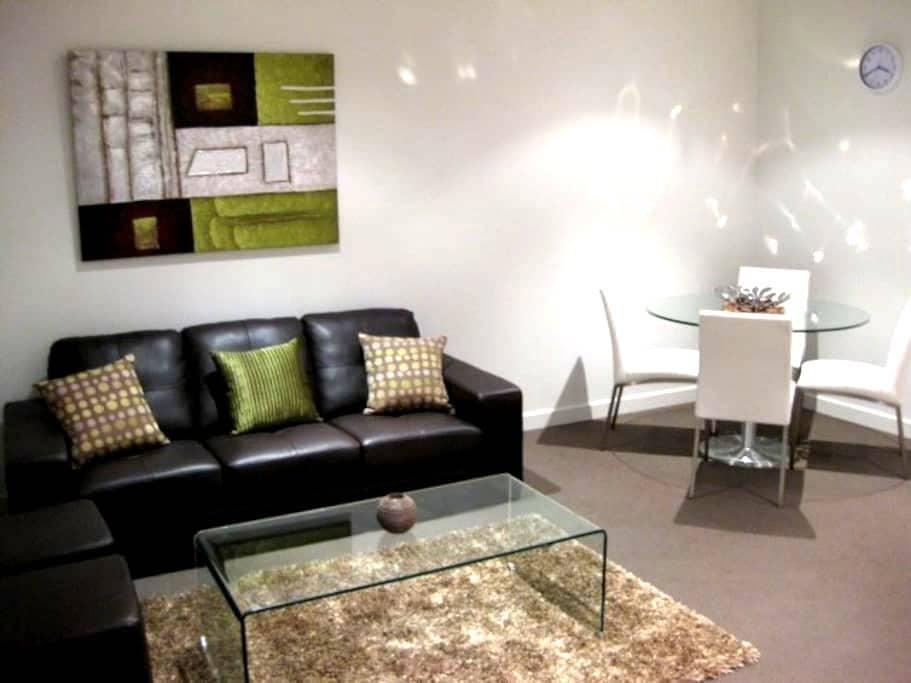 SECURE Apartment,ULTIMATE Location + FREE Parking! - Perth - Apartamento