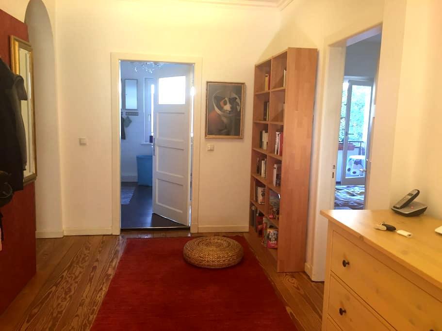 Zimmer, 15 qm, ruhig, mit Balkon, eigenes Bad - Hamburg - Bed & Breakfast