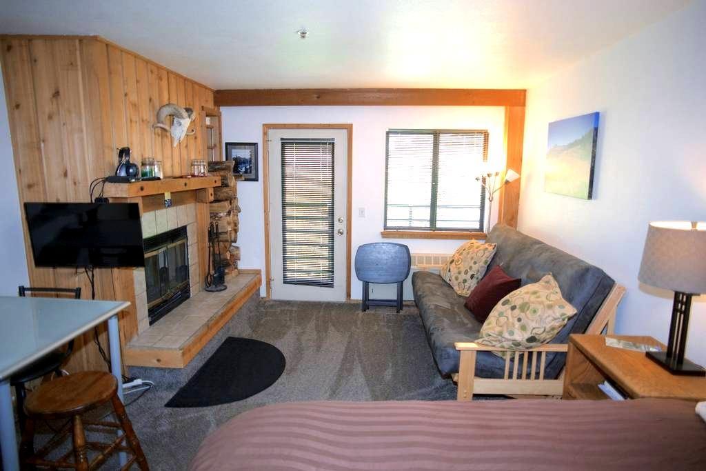 Full Kitchen,HotTub,Fireplace,Deck! - Kirkwood