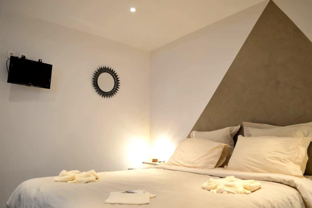 """Chambre d'hôtes """"Au puech Loubio"""" - Hautvillers - Bed & Breakfast"""