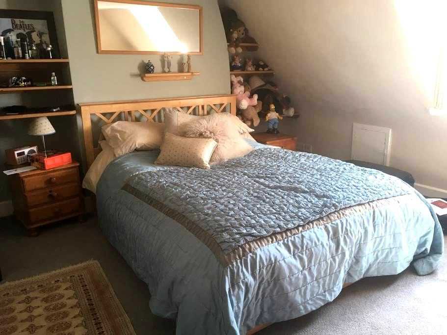 Large room, King size bed, memory foam mattress - Peterborough - Casa