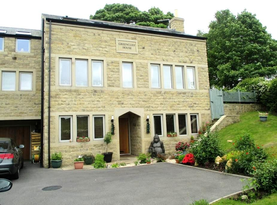 Three rooms in contemporary house in Holme Valley - Honley