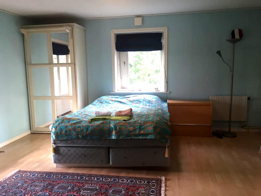 Room with private toilet near city - Sollentuna - Casa