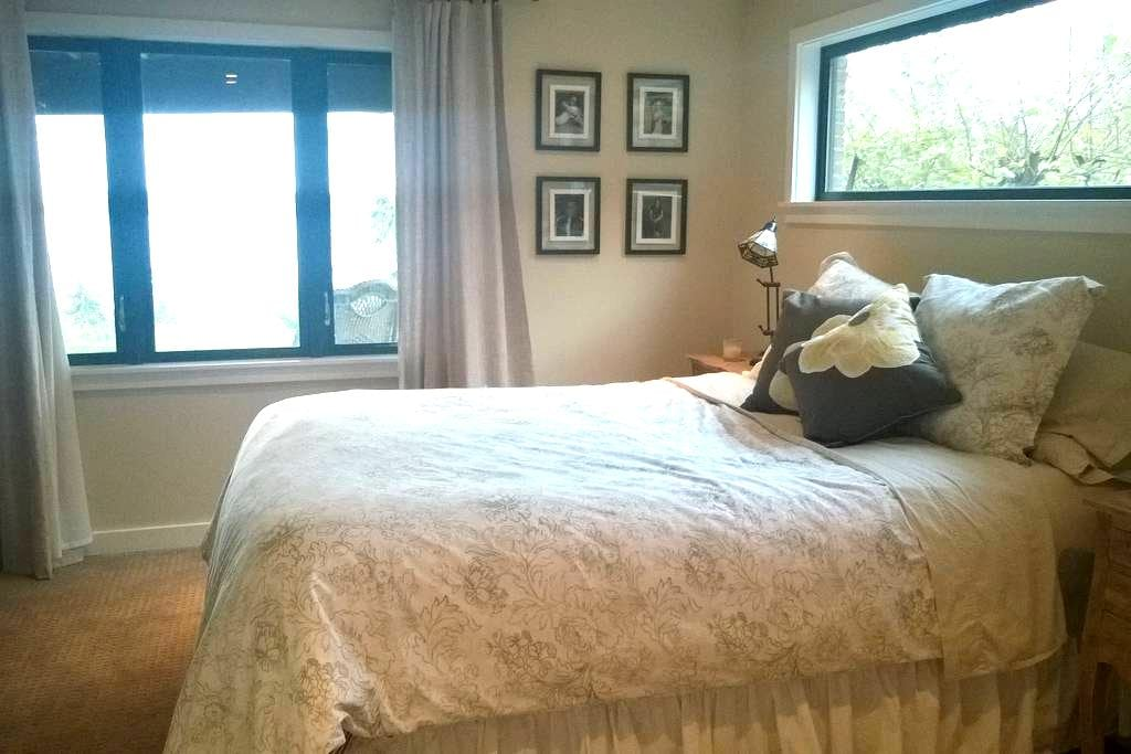 Slice of heaven close to airport - Burien - House