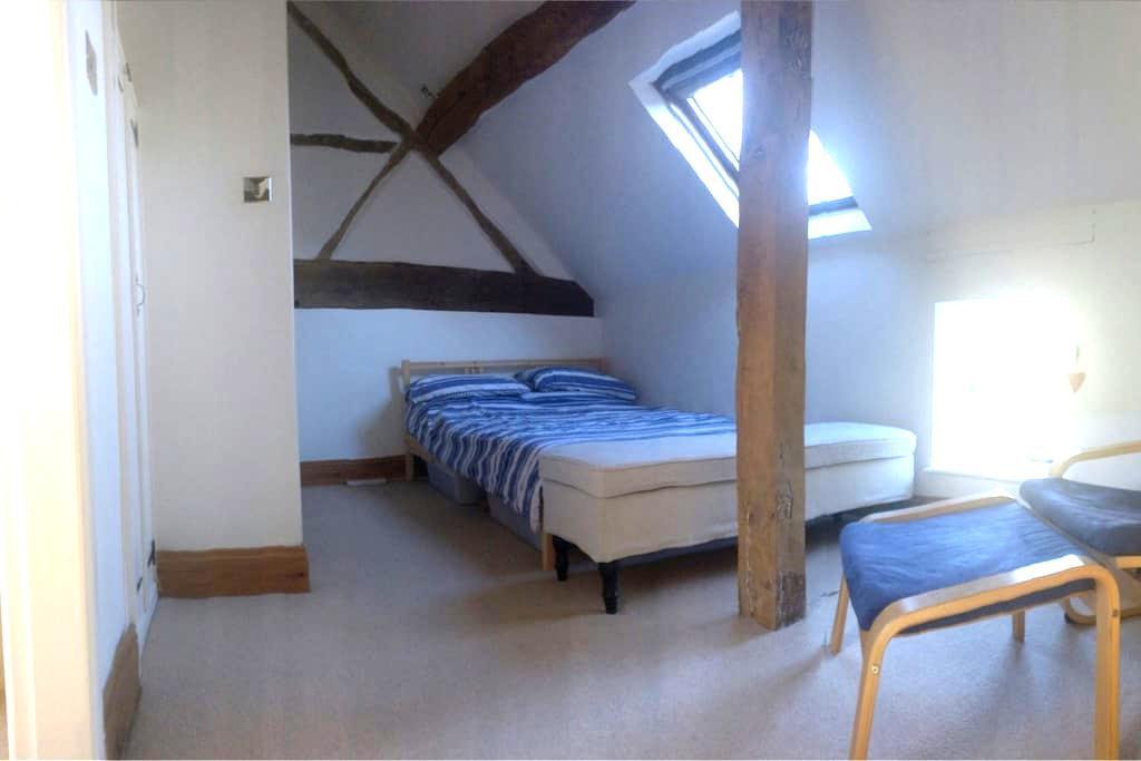Large characterful room w/en-suite - Shrewley - House