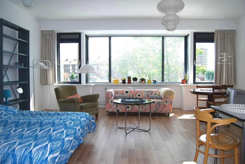 Room with panoramic waterfront view - Rotterdam