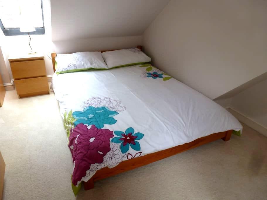Lovely Loft Double Bedroom - Swindon - Talo