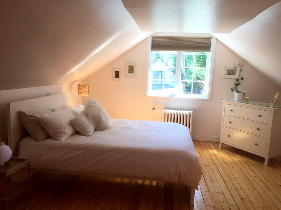 Cosy room near Dorval airport - Pointe-Claire - บ้าน
