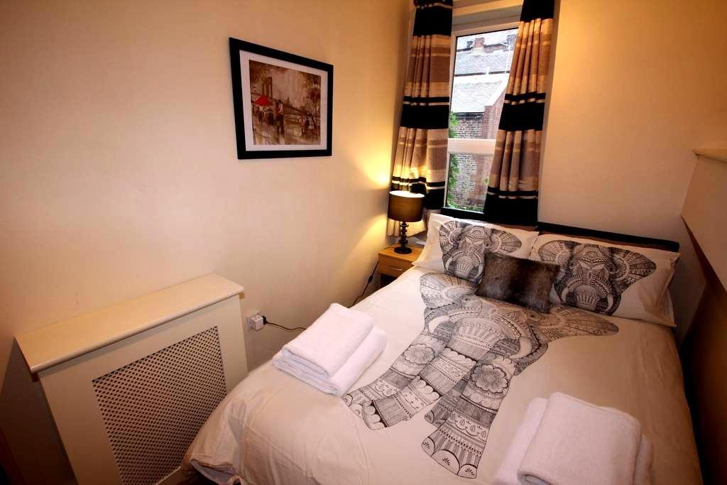 Central 1 Bed Flat - Bars and shops on doorstep - Leeds - Lägenhet
