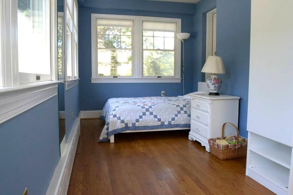 Sunny private room. Walk to Metro - University Park - Bed & Breakfast