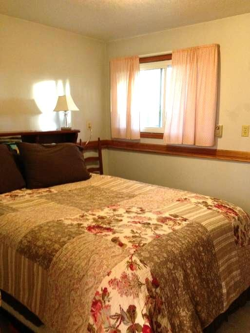 Comfy, cozy and friendly downstairs - Fort Collins
