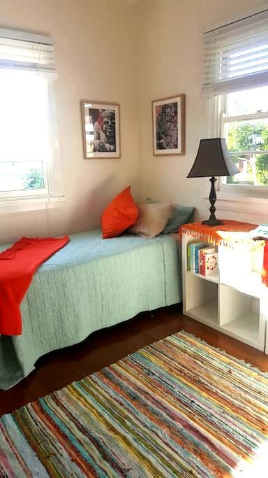 Twin room in Cottage near beach. - Forster - House