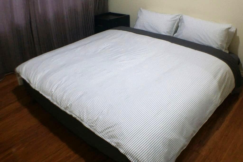 King Bed Room Near CBD & Airports - Cloverdale - House