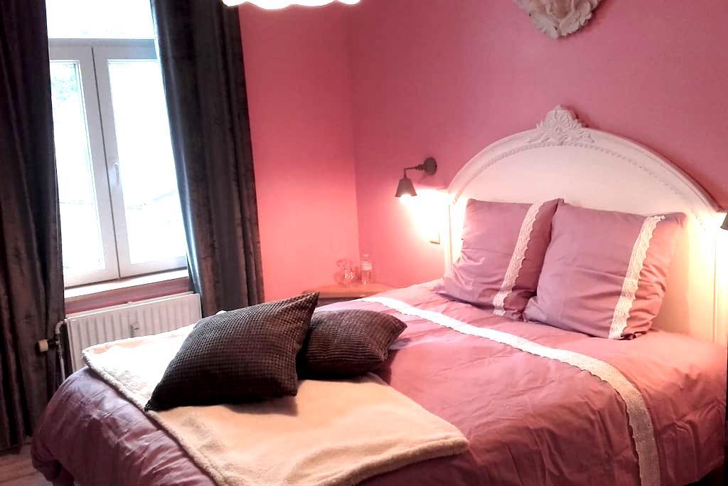 belle chambre de charme  vue meuse - Annevoie-Rouillon - 家庭式旅館