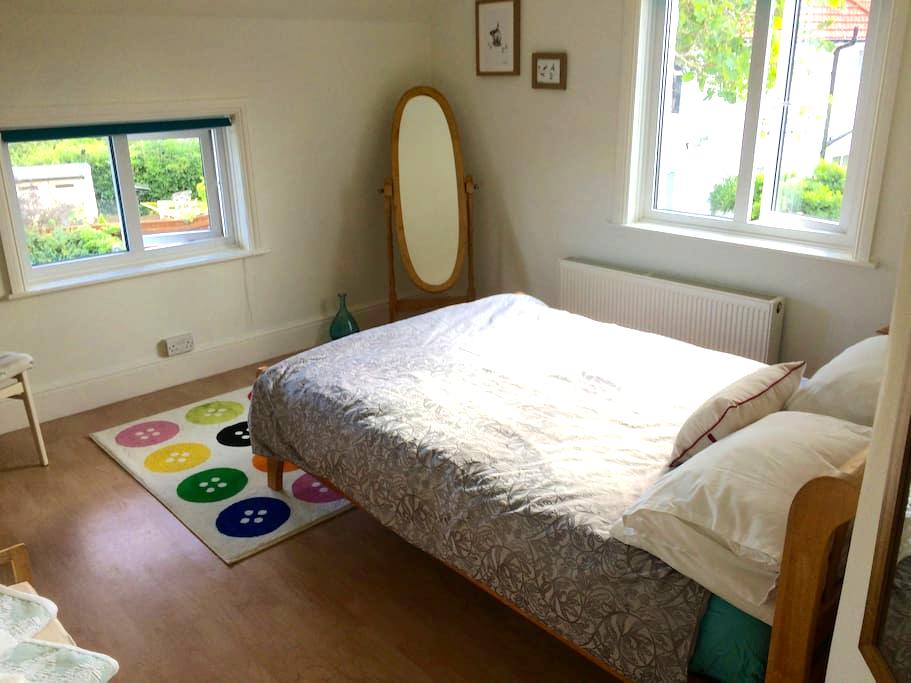 Comfortable room in home by the sea and town. - Exmouth