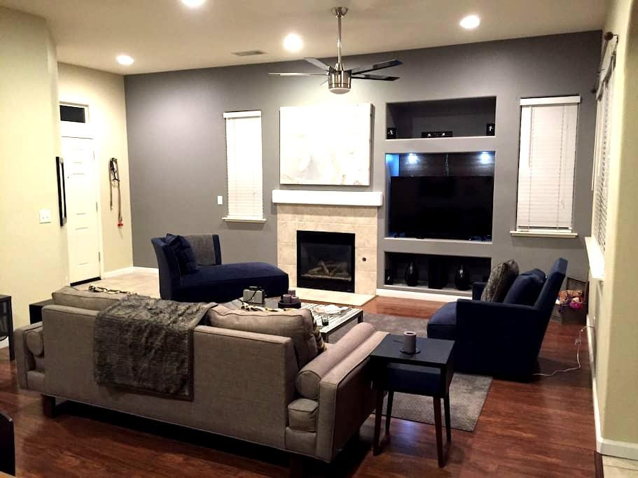 2BR with Cali King Bed in Quiet Gated Neighborhood - Fresno - Casa