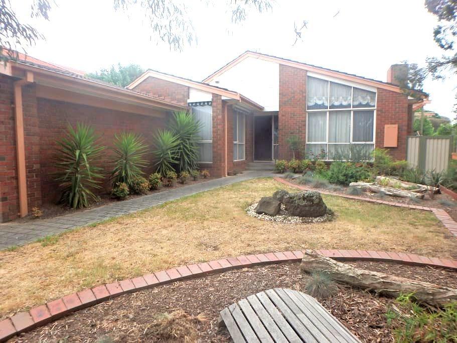 Quiet residential neighbourhood. - Greensborough - House
