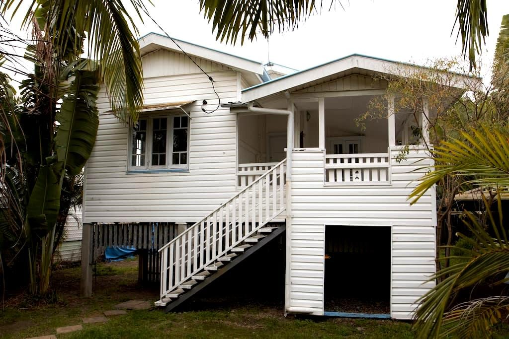 Inner City 3 Bedroom House, Close to Everything - Greenslopes - Huis