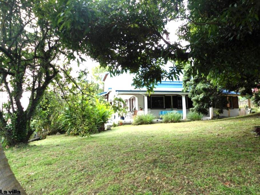 Les Bougainvilliers, Chambres d'hôtes dans villa - SAINT CLAUDE - 別荘